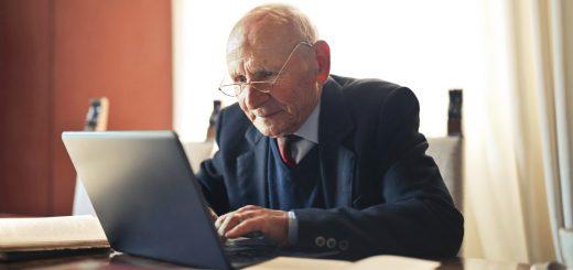 Держслужбовцям дозволили працювати до 70 років
