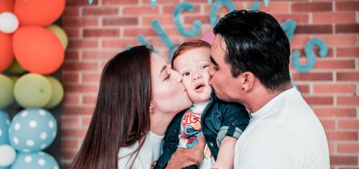 В Британії почали радити уникати слів «батько» та «мати»