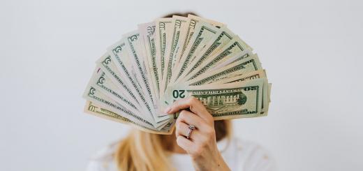 У Кабміні хочуть підняти мінімальну зарплату з 2022 року до 7 700 гривень